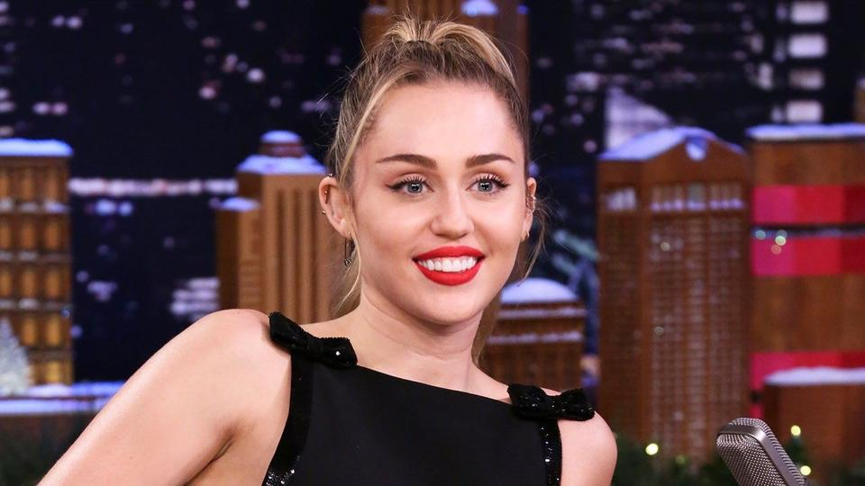 Miley Cyrus Poses With Parents Tish And Billy Ray In Gorgeous New Wedding Photos News Break