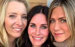 Courteney Cox Reunites With 'Friends' Costars Jennifer Aniston and Lisa Kudrow for 55th Birthday