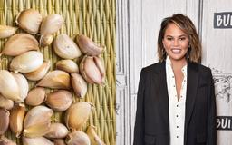 A video of a viral garlic-peeling hack is blowing everyone's mind — and even Chrissy Teigen is impressed