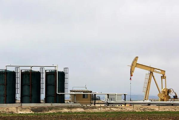 Picture for Oil drops as storm-hit U.S. supply returns