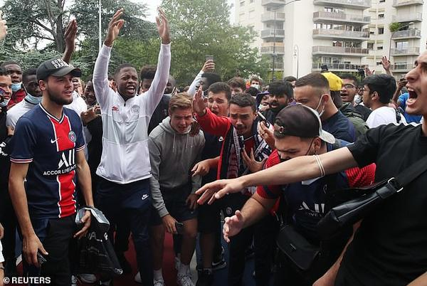 Picture for Hundreds of PSG fans gather outside the Parc des Princes and Le Bourget Airport trying to catch their first glimpse of Lionel Messi... but he's back at home by the pool in Barcelona rather than flying to France!