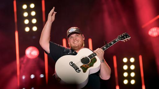 Luke Combs Marries Girlfriend Of 4 Years Nicole Hocking Check Out Her Gorgeous Wedding Dress News Break