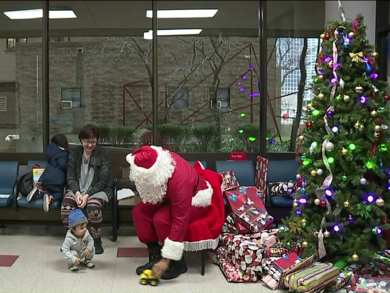 Santa Claus surprises kids visiting Jackson County jail with
