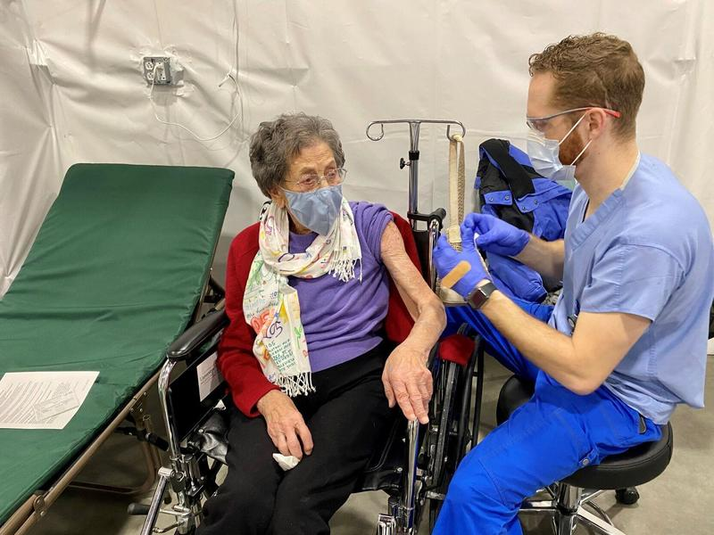 See a 105-year-old Vermont resident receive the COVID-19 ...
