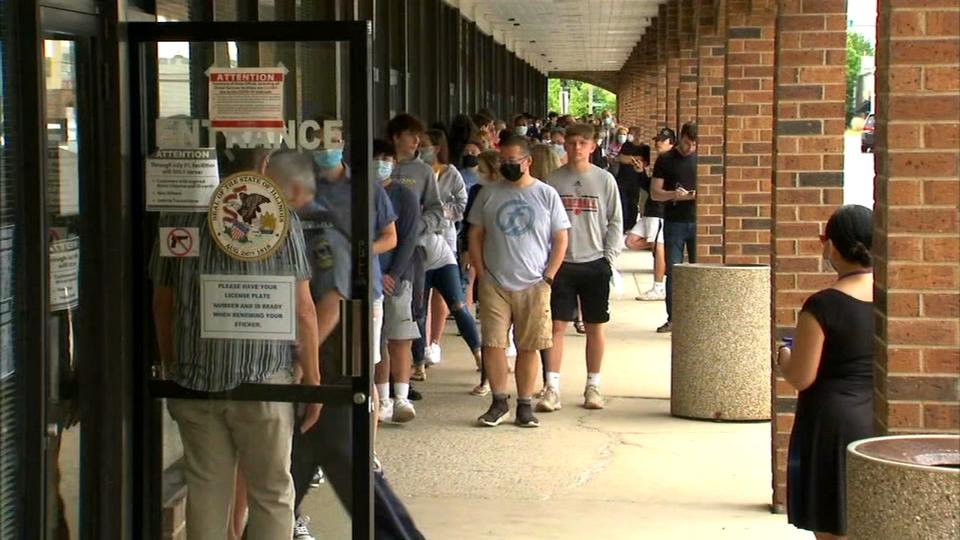 Picture for Some Illinois Secretary of State offices to accept appointments after long lines force changes