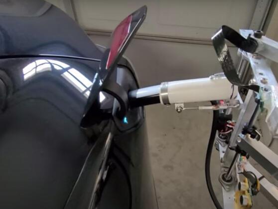 tesla-owner-builds-diy-ev-robotic-charger-in-his-garage