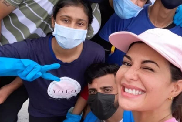 Picture for Pic: Jacqueline Fernandez cleans up Mumbai beach - Times of India