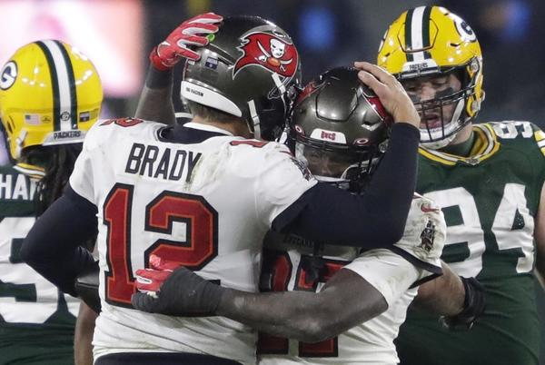 Picture for Packers vs. Buccaneers score: Tom Brady makes NFL history after holding off late-game surge by Aaron Rodgers