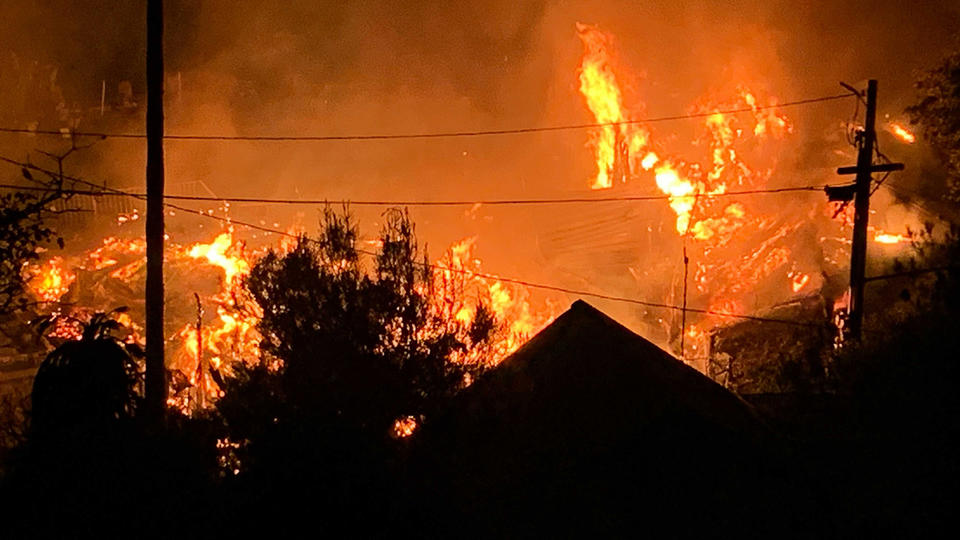 Picture for Massive fire spreading to homes near Pine Flat Lake