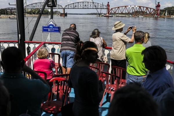 Picture for Photos: How to replace an 8 million pound railroad bridge truss on the Mississippi River