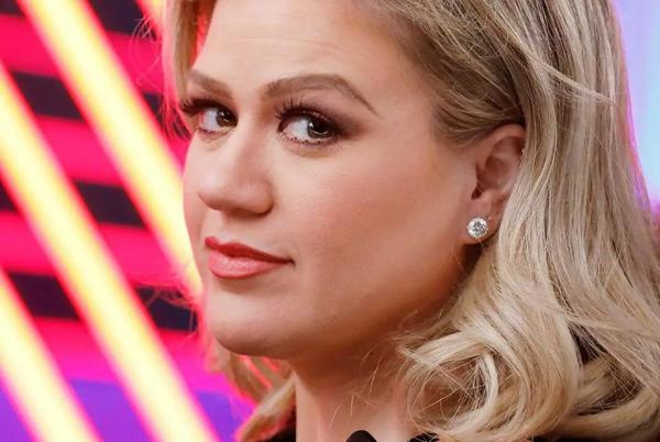 Picture for Kelly Clarkson wears edgy zip-up mini dress and heels in the sleekest look yet