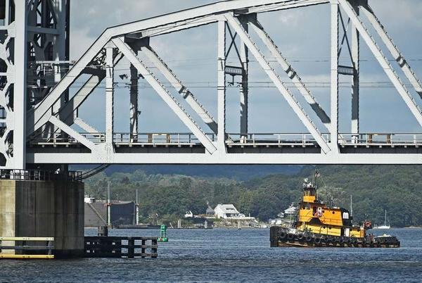 Picture for Tugboat transits Thames River