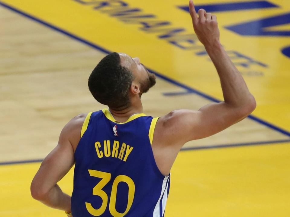 stephen-curry-spectacular-in-49-point-showing-for-golden-state-warriors-against-okc-thunder